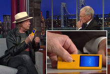 Neil Young présentait le prototype de son Pono sur le plateau de David Letterman en septembre 2012.
